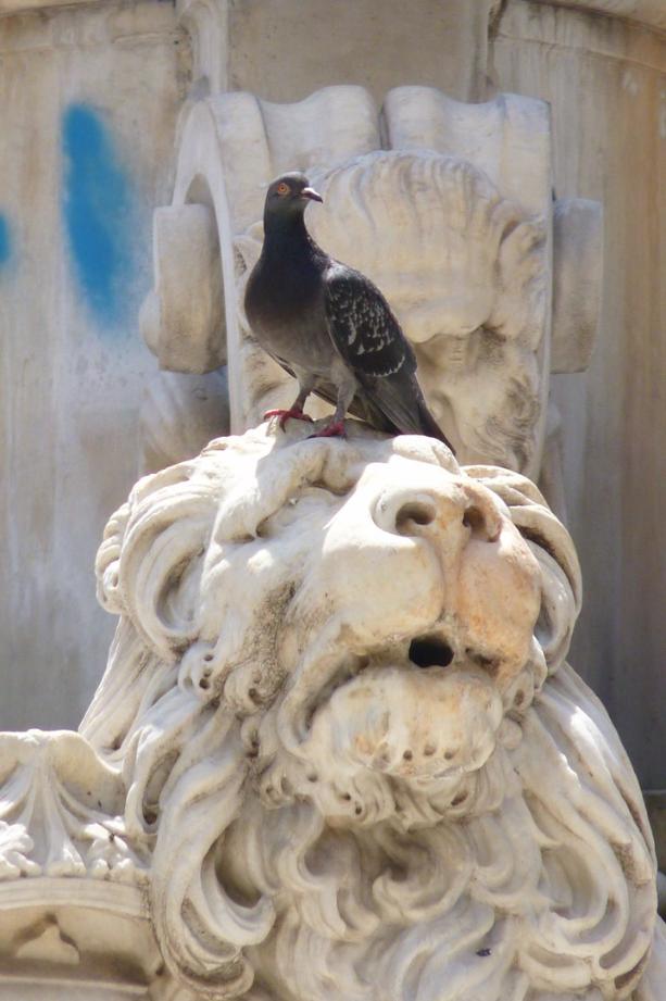 Brunnenfiguren: Löwe mit Vogel